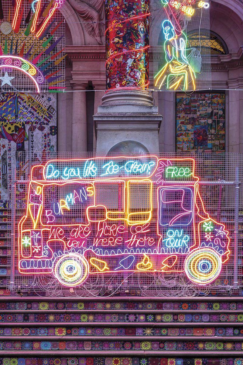 El camión de los helados de sus padres remite a la infancia de la artista, en tanto el tigre de Bengala y las gráficas de las columnas, a la mitología de la India y a Bollywood.