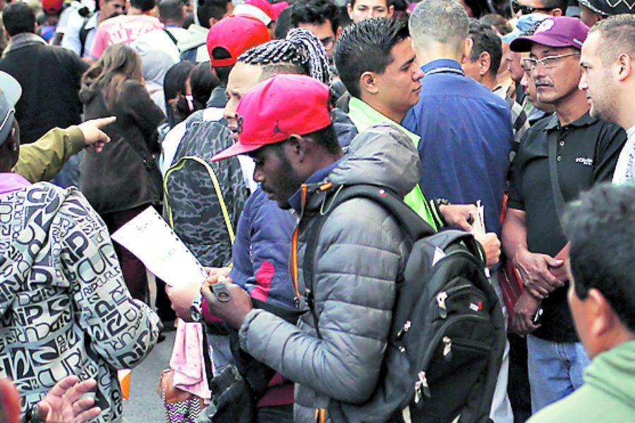 política migratoria Imagen FILA DE INMIGRANTES EN MIGRACIONES 6 (43838784)