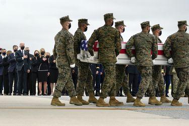 Biden rinde tributo a soldados muertos en Kabul y EE.UU. lanza ataque a vehículo del Estado Islámico