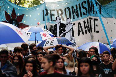 Argentinos salen a la calle a celebrar 76 años del nacimiento del peronismo