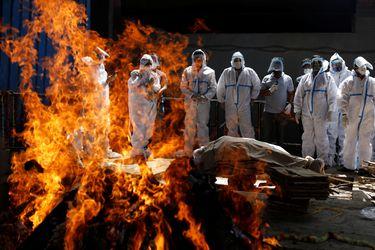 """Más de 300 mil casos al día: el descenso de India al """"infierno"""" de la pandemia"""