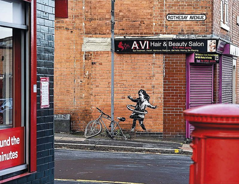 Banksy en una peluquería en Nottingham, Inglaterra.