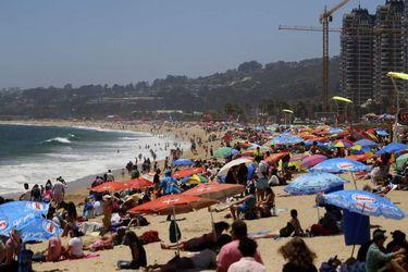 VIÑA DEL MAR: Cientos de personas disfrutan de la playa