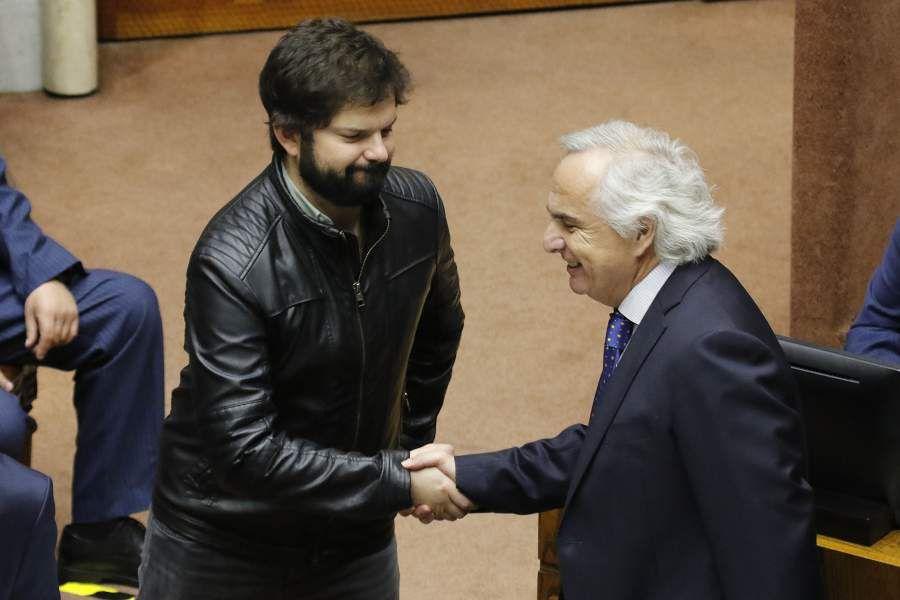 El exministro Andrés Chadwick saluda al diputado Gabriel Boric durante la sesión especial del Senado por la acusación constitucional en su contra. Foto: Leonardo Rubilar Chandia. Agenciauno.