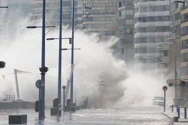 """Marejadas """"anormales"""": alertan de nuevo episodio de fuertes olas en todo el país, un fenómeno que se ha duplicado en los últimos años"""