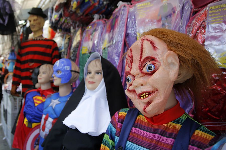Capitalinos se preparan para celebrar las fiestas de Halloween comprando en el Barrio Meiggs.