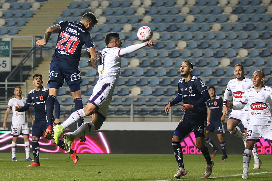 Joaquín Larrivey vence en la marca a Gonzalo Lauler y anota el 1-0 de la U ante Melipilla.