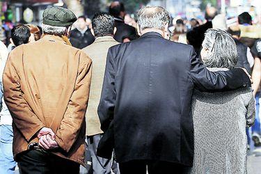 Columna de Financial Times asegura que sistema de pensiones chileno dejó de ser un modelo para el mundo