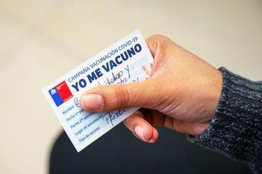 """Daza indica que """"en los próximos días"""" se podrían dar a conocer medidas para reconocer vacunas de chilenos inoculados en el extranjero"""
