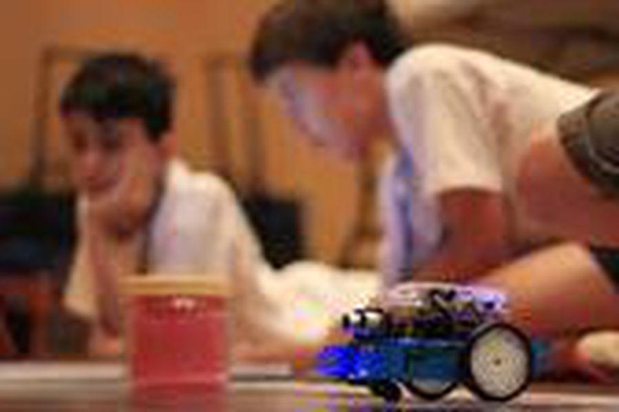 Niños robot estudiantes