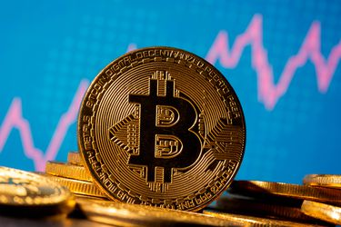 Bitcoin supera a tecnológicas entre operaciones favoritas de fondos en enero, de acuerdo a sondeo de Bank of America