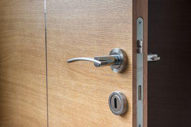 ¿Cómo abrir una puerta sin tocar la manilla? La innovadora solución que reduce el riesgo de manipular puertas