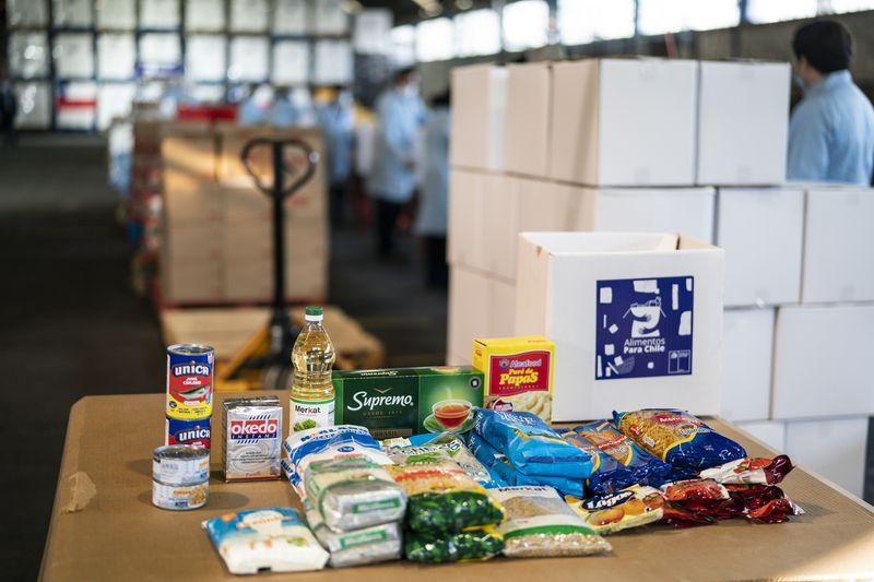 """Centro de distribución de las cajas del plan """"Alimentos para Chile""""."""