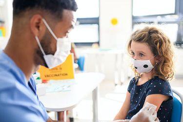 Pruebas de BioNTech y Pfizer demuestran que su vacuna es 100% efectiva en niños de entre 12 y 15 años