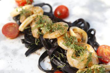 Cómo hacer pasta negra con bisque de camarón