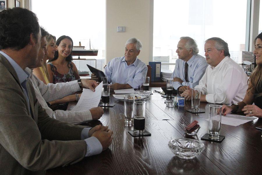 Diputados de Chile Vamos llegan hasta las oficinas de Sebastian Piñera para entregarle su apoyo como candicato Presidencial