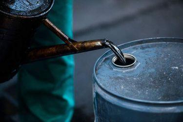 Petróleo cae con fuerza en medio de negra jornada para los mercados globales