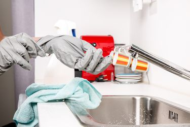 Fact Checking 108: ¿Es peligroso mezclar cloro con otro desinfectante? ¿Colapsó la Clínica Dávila por las últimas lluvias?