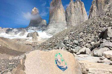 Guardaparques de Conaf ubican roca pintada por turista italiana en Torres del Paine