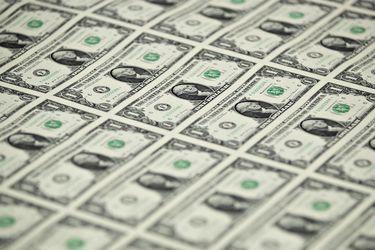 Dólar cae a su menor nivel en más de un mes ante repunte de Wall Street y tras liquidación por cambio en recomendación de fondos de AFP