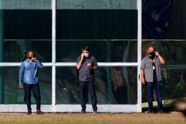 Bolsonaro es visto afuera de la residencia presidencial tras haber dado positivo en examen de coronavirus