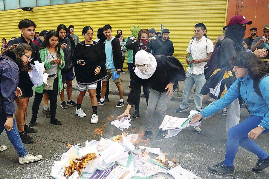 Encapuchados queman facsímiles de la PSU
