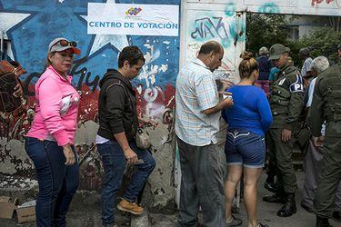ABREN LOS CENTROS DE VOTACIÓN EN VENEZUELA PARA LA ELECCIÓN DE GOBERNADORES