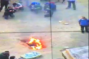 Sujetos incendian fosa donde estaba la tumba del Soldado Desconocido en Plaza Baquedano