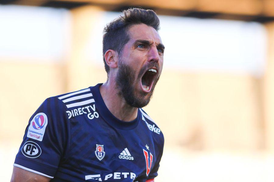 Joaquín Larrivey celebra su primer gol en un Clásico, en el partido entre Universidad de Chile y Universidad Católica. Foto: AgenciaUno.