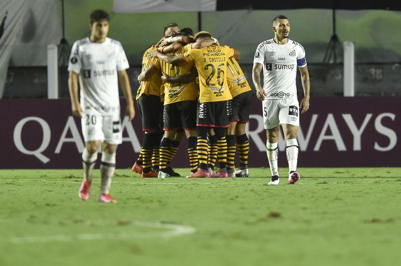 Ariel Holan presentó su renuncia a Santos tras los malos resultados y la presión de los hinchas.