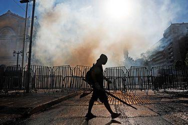 Desórdenes y barricadas en Alameda y calles aledañas en nueva jornada de manifestaciones en cercanías de La Moneda