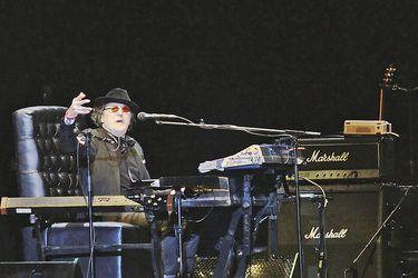 Una noche de piano y karaoke con Charly García