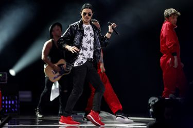 Schuster y sospechas de playback: redes sociales cuestionan al cantante chileno
