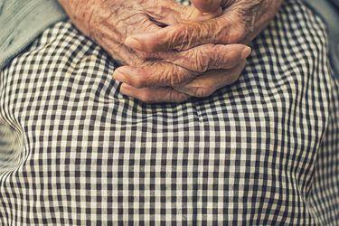 """""""Despiadadas"""", """"vergonzosas"""" """"un arresto domiciliario"""": la dura crítica de los adultos mayores por cómo los han tratado en la pandemia"""