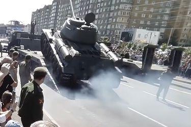 Tanque de combate ruso se vuelca tras intentar subir a una plataforma