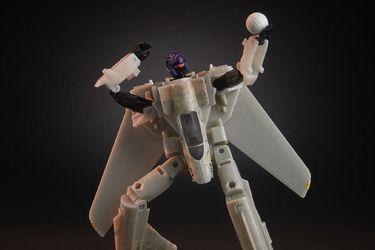 Por alguna razón ahora un Transformers se fusionó con Top Gun