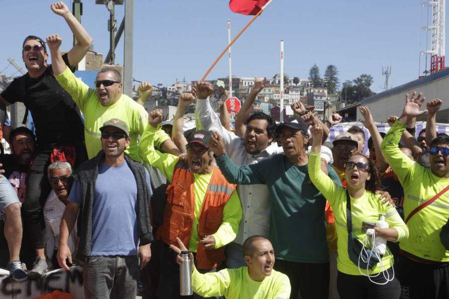 27 de Noviembre el 2018/VALPARAISO Por 11 dias se extiende el paro de los trabajadores Eventuales Portuarios de Ultraport y Opval, en el puerto de Valparaiso, lo que mantiene sin movimientos al puerto en carga y descarga de productos. FOTO: RODRIGO SÁENZ/AGENCIAUNO