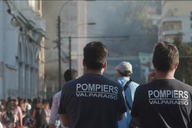 Pirópolis: el documental acerca de los bomberos de Valparaíso que involucra a la productora de El agente topo