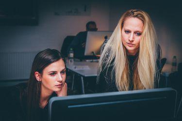 Mujeres trabajando frente al PC