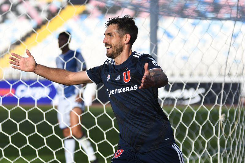 Joaquín Larrivey celebra el 0-1 de Universidad de Chile frente a Deportes Antofagasta, en el estadio Calvo y Bascuñan. Foto: AgenciaUno.