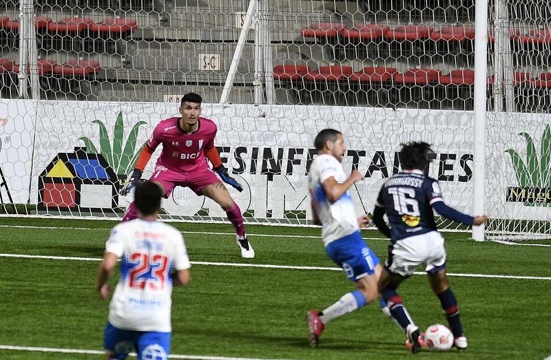El recorte maravilloso de VIdangossy que hace pasar de largo a Aued para el 1-0 de Melipilla ante la UC.