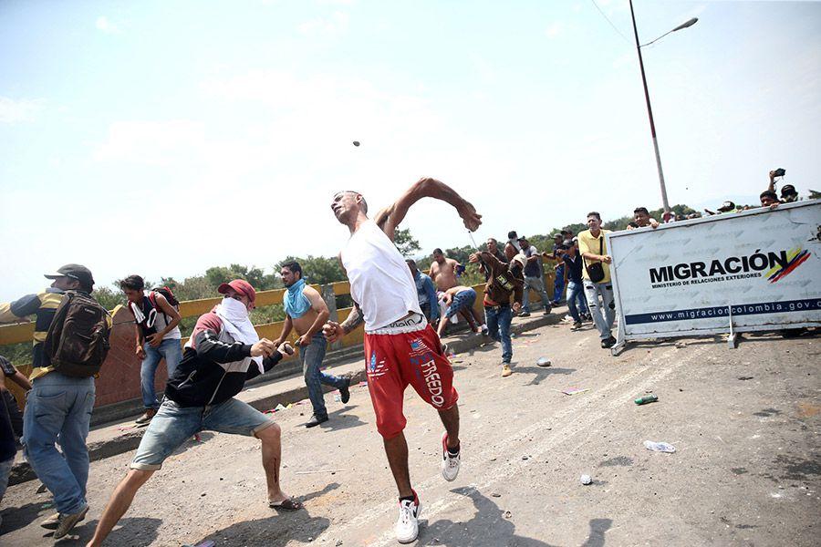 Demonstrators-clash-wi(25088648)