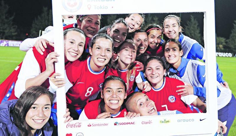 La selección chilena femenina celebra su clasificación a los Juegos Olímpicos de Tokio, tras superar a Camerún en el repechaje.