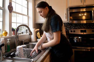"""Machismo en Chile: 4 de cada 10 personas considera que """"el lugar más adecuado para la mujer es su casa con su familia"""""""