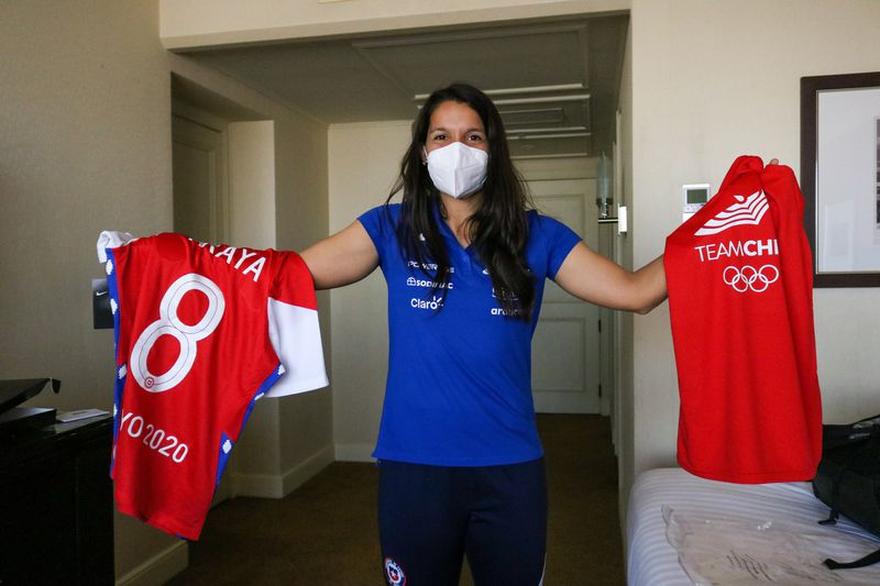 Karen Araya exhibe los obsequios que la esperaban en el hotel.