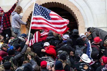 Hallan muerto a otro de los policías que respondió al ataque contra el Capitolio de EE.UU.
