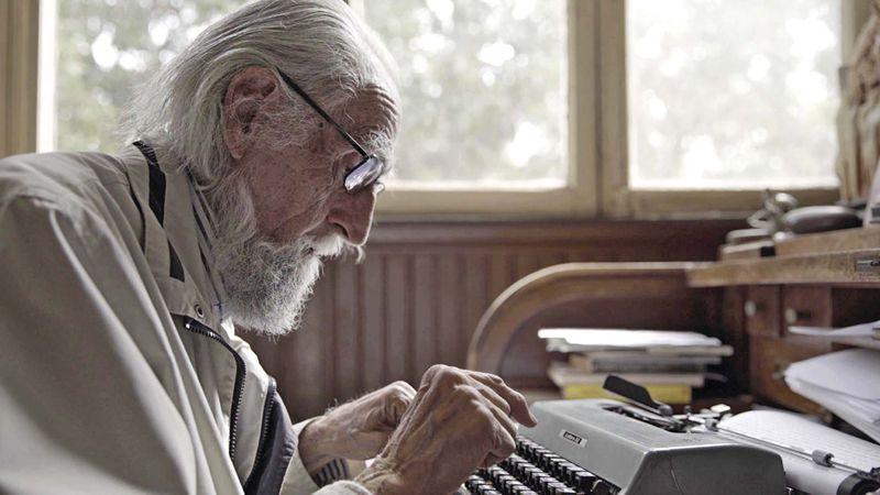 Soublette y su maquina de escribir.