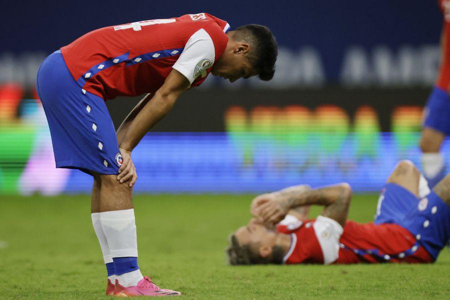 Los jugadores de la Roja se lamentan tras perder ante Paraguay, en la Copa América.