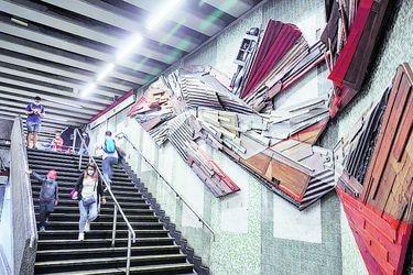 Instalan obras con reciclaje en muros de Estación San Alberto Hurtado del Metro