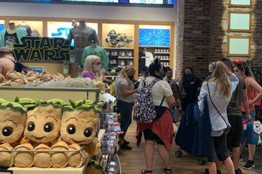 La gente hizo largas filas y no respetó mucho la distancia social en la reapertura de Downtown Disney